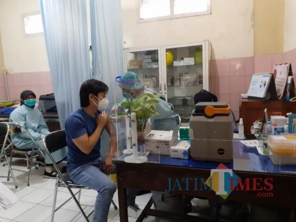 Vaksinasi covid-19 petugas pelayanan publik beberapa waktu lalu di Puskesmas Arjuno. (Arifina Cahyanti Firdausi/MalangTIMES).