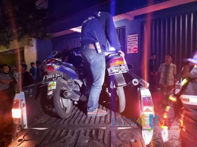 Dua sepeda motor yang terlibat kecelakaan lalu lintas.