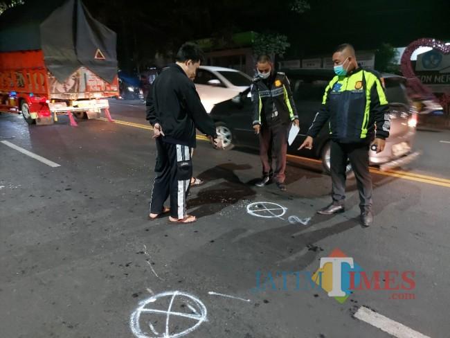 Petugas Unit Laka Lantas Polresta Malang saat melakukan olah TKP di titik pertama kecelakaan.