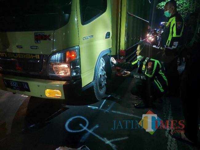 Petugas dari Unit Laka Lantas Polresta Malang Kota saat melakukan olah TKP.