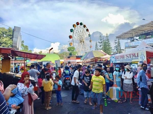 Suasana wisatawan saat di Alun-Alun Kota Batu. (Foto: Irsya Richa/MalangTIMES)