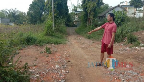 Korban atas nama Yulius Victor (20) saat menunjukkan lokasi terakhir mobil box terparkir di Jalan Iswahyudi, Kelurahan Cemorokandang, Kecamatan Kedungkandang, Kota Malang, Minggu (6/6/2021). (Foto: Tubagus Achmad/ MalangTIMES)