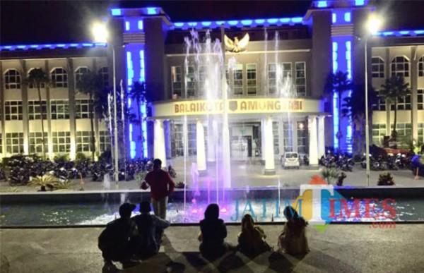 Pemandangan air mancur saat malam hari di taman Balai Kota Among Tani. (Foto: Irsya Richa/MalangTIMES)
