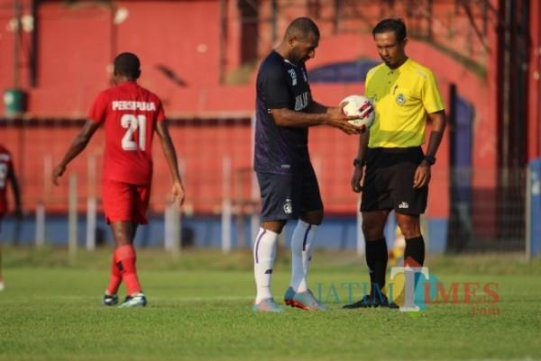 Persik Kediri saat bertanding melawan Persipura di Stadion Brawijaya. (Eko Arif S/ JatimTIMES)