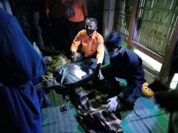 Petugas memberikan pertolongan pertama kepada ODGJ yang tercebur sumur.(Foto : Humas Polres Blitar)