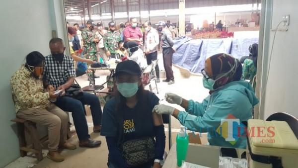 Tenaga kesehatan saat memberikan vaksin kepada pedagang di Pasar Sayur Kota Batu beberapa saat lalu.