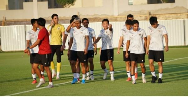 Timnas Indonesia kembali berlatih untuk persiapan melawan Vietnam besok, Senin (7/6/2021), di Stadion Al Maktoum.