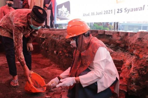 Wali Kota Batu Dewanti Rumpoko saat meletakkan baru pertama di halaman Masjid At Taqwa, di Jalan Diponegoro, Kecamatan Batu Minggu (6/6/2022).