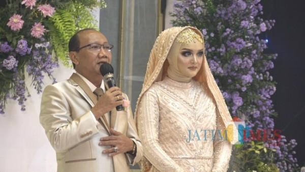 Wasekjen DPP REI Tri Wediyanto bersama istri saat memberikan sambutan pada tasyakuran resepsi pernikahan di Ballroom Ijen Suites Resort and Convention Malang, Sabtu (5/6/2021). (Foto: Yogi Iqbal/MalangTIMES)