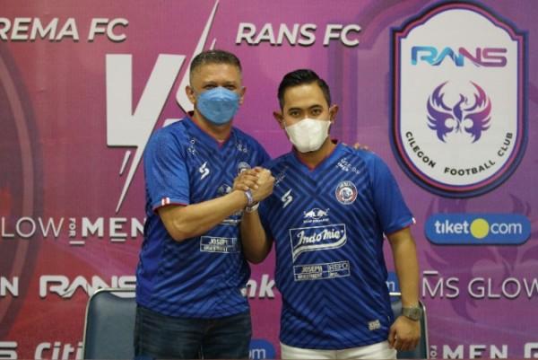 Gilang Widya Pramana (kanan) kini resmi menjadi presiden Arema FC selama tiga tahun ke depan. (foto istimewa)