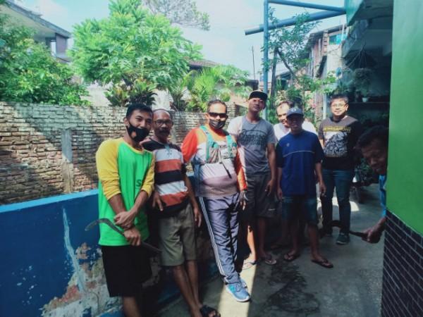 Ketua Komisi B DPRD Kota Malang Trio Agus Purwono (tiga dari kiri) saat mengunjungi warga RT 4 RW 1 Kelurahan Tunjungsekar, Kecamatan Lowolwaru, Kota Malang. (Foto Istimewa)