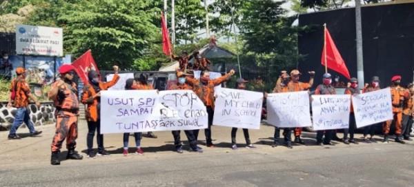 MPC PP Kota Batu saat melakukan aksi damai di sekolah SPI Kota Batu Jalan Raya Pandanrejo, Desa Pandanrejo, Kecamatan Bumiaji, Senin (7/6/2021).