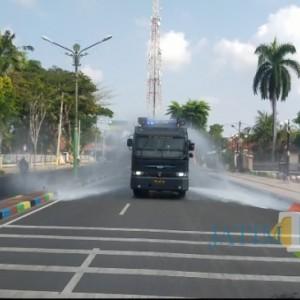 Cegah Penyebaran Covid-19, Water Canon Polres Pamekasan Kembali Semprotkan Disinfektan