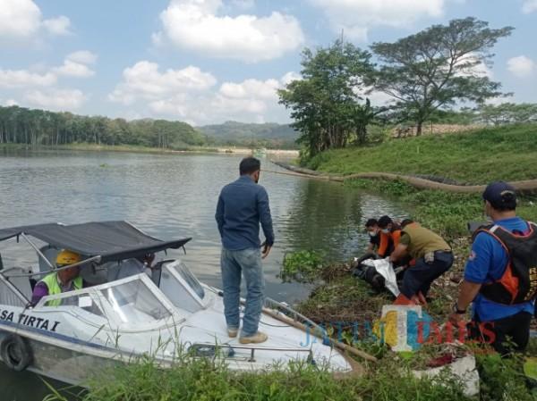 Proses evakuasi mayat Mr X di Bendungan Sengguruh (foto: Hendra Saputra/MalangTIMES)