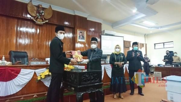Saat Ketua DPRD Trenggelek (kanan) serahkan Draf Peraturan Daerah kepada Wakil Bupati Trenggalek (kiri)