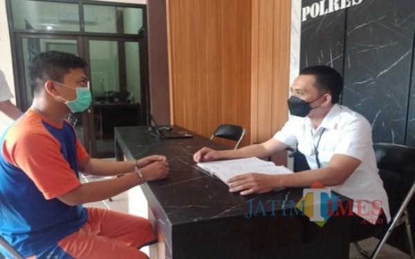 Pelaku saat diperiksa oleh penyidik Satreskrim Polres Jombang. (Foto : Adi Rosul / JombangTIMES)