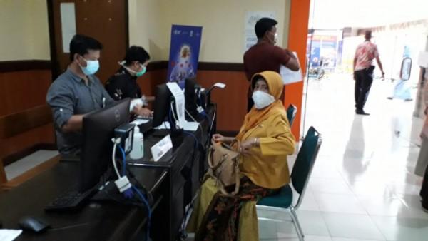 Proses pendataan bagi masyarakat umum yang berusia di atas 50 tahun untuk menjalani vaksinasi di RSSA Kota Malang, Selasa (8/6/2021). (Foto: Humas RSSA Kota Malang)