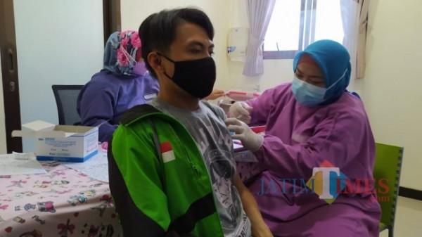 Salah satu driver ojek online Gojek yang sedang mendapatkan vaksin covid-19 AstraZeneca di RSIA Husada Bunda Jalan Pahlawan Trip, Kota Malang, Selasa (8/6/2021). (Foto: Tubagus Achmad/MalangTIMES)