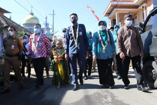 Sekretaris Daerah (Sekda) Kabupaten Malang Wahyu Hidayat (tengah berkalung bunga) saat hadir di Desa Madiredo, Kecamatan Pujon. (foto: Humas Pemkab Malang for MalangTIMES)