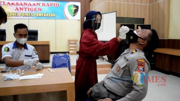 Suasana saat anggota Polres Pamekasan dilakukan rapid test angiten massal di Gedung Bhayangkara Polres Pamekasan (Foto:Ist/Jatimtimes.com)