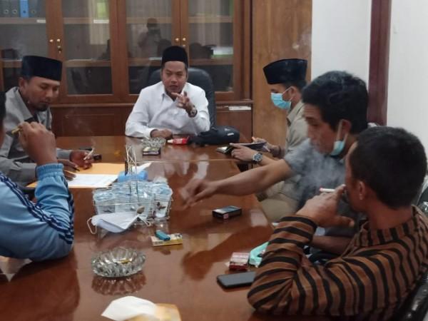 Anggota Komisi III DPRD Kabupaten Malang, Zia Ulhaq (paling ujung pakai kopyah dan kemeja putih) saat menemui perwakilan warga Kecamatan Tirtoyudo yang alami kerusakan rumah akibat gempa bumi (foto: istimewa)