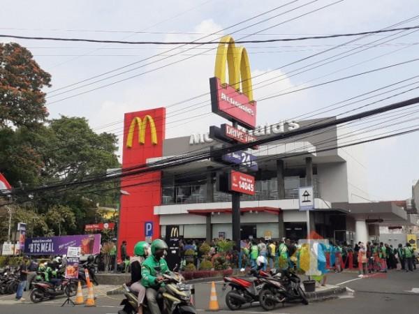 Gerai McDonald's di kawasan MT Haryono Kota Malang yang dipenuhi ojek online pemesan BTS Meal, Rabu (9/6/2021). (Arifina Cahyanti Firdausi/MalangTIMES).