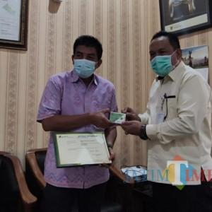 BPJS Ketenagakerjaan Kediri Serahkan Bukti Kepesertaan DLHKP Kota Kediri