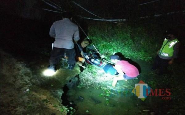Motor dan korban berada di dalam sungai akibat laka tunggal di JLS Tukungagung.  (Foto: Dokpol / Tulungagung TIMES