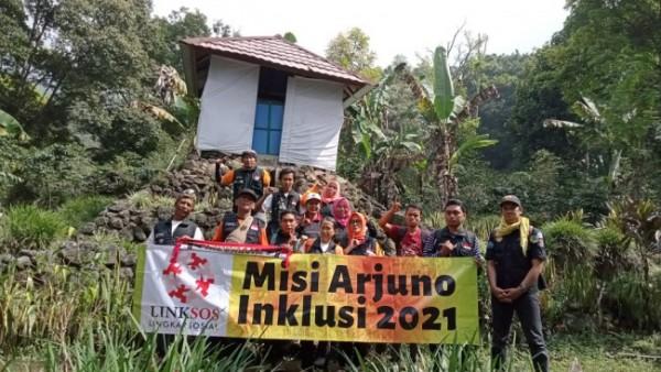 Tim Khusus Misi Gunung Arjuno Inklusi foto bareng di salah satu situs (Foto Humas Linksos For JatimTimes)