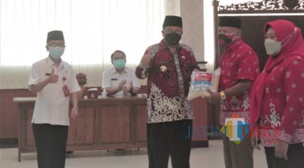 Wali Kota Blitar Santoso serahkan bantuan sembako kepada kader Posyandu.(Foto : Aunur Rofiq/BlitarTIMES)