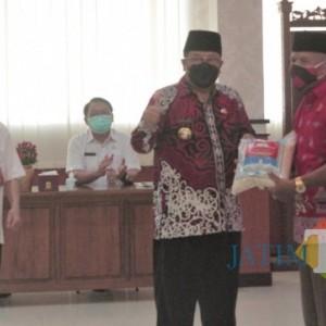 Peduli Rakyat di Tengah Pandemi, Wali Kota Santoso Serahkan Bantuan Sembako bagi Kader Posyandu se-Kota Blitar
