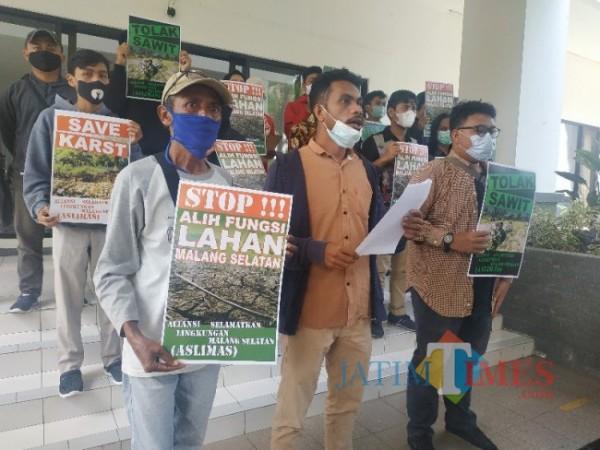ASLIMAS datangi kantor DPRD Kabupaten Malang dengan tujuan menolak adanya proyeksi Bupati Kabupaten Malang akan membangun lahan kelapa sawit, Kamis (10/6/2021) (foto: Mariano Gale/ JatimTIMES)