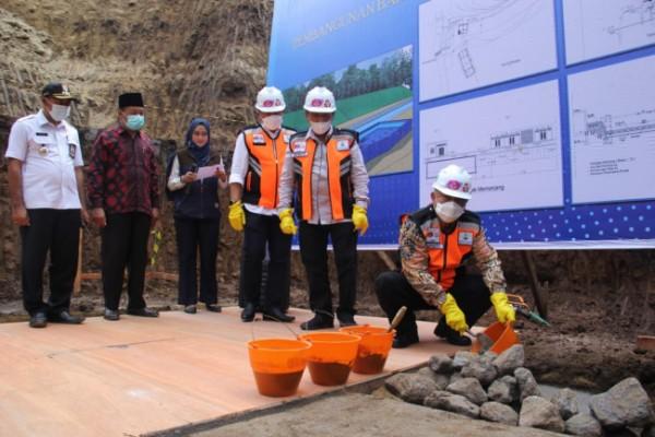 Bupati Malang HM Sanusi (paling kanan) saat meletakkan batu pertama pembangunan bak raksasa (foto: Humas Pemkab Malang for MalangTIMES)