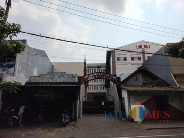 Gerbang masuk ke Balai Latihan Kerja (BLK) PT Central Karya Semesta, Kelurahan Bumiayu, Kecamatan Kedungkandang, Kota Malang, Kamis (10/6/2021). (Foto: Tubagus Achmad/ MalangTIMES)