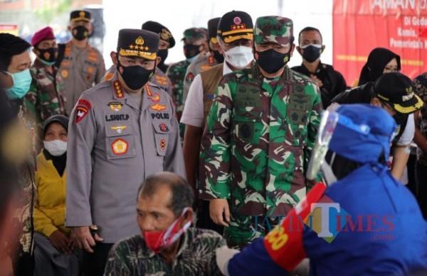 Kapolri dan Panglima TNI saat meninjau vaksinasi masyarakat kabupaten kediri.(ist)
