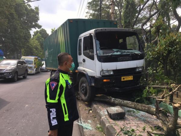 Kondisi truk ekspedisi yang menabrak tembok pagar Lapangan Rampal sisi barat, Kamis (10/6/2021). (Foto: Unit Laka Lantas Polresta Malang Kota)