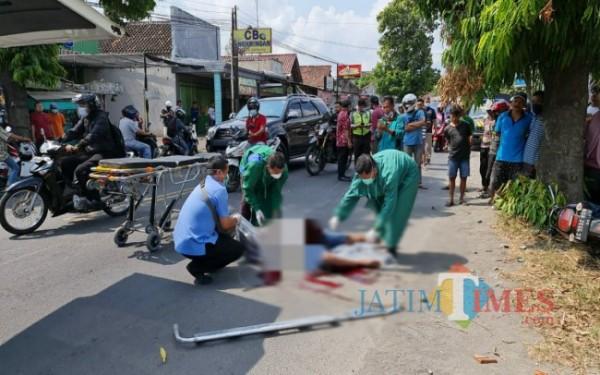 Petugas medis saat evakuasi korban kecelakaan di Plosokandang (Foto: Dokpol/ TulungagungTIMES)