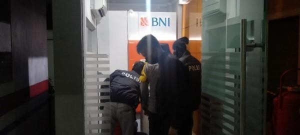 Polsek Garum melakukan olah TKP di lokasi pembobolan ATM.(Foto : Humas Polres Blitar for BlitarTIMES)