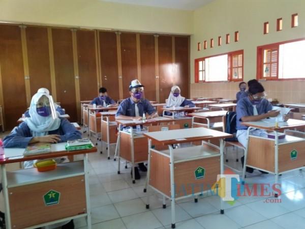 Proses pembelajaran tatap muka di salah satu sekolah di Kota Malang. (Arifina Cahyanti Firdausi/MalangTIMES).