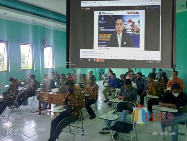 Sidang promosi doktor yang dilaksanakan secara virtual di Kampus STKIP Modern Ngawi.Foto Satria Romadhoni/jatimTIMES