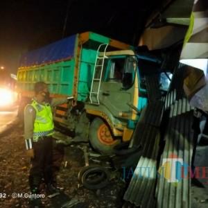 Rem Blong, Truk Bermuatan Pasir Tabrak Rumah Warga di Ranuyoso