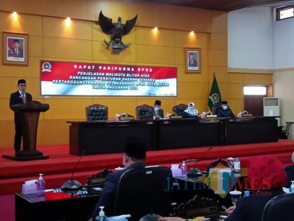 Wakil Wali  Kota Blitar Tjutjuk menjelaskan Raperda Pelaksanaan APBD Tahun 2020. (Foto: Aunur Rofiq/ BlitarTIMES)