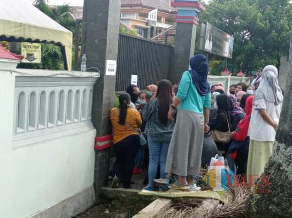 Antrian warga ketika akan mendaftar vaksin di Kantor Kecamatan Tumpang (foto: Hendra Saputra/MalangTIMES)