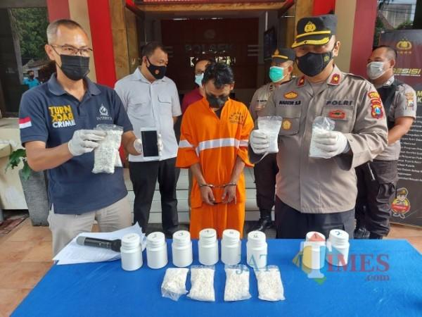 Kapolsek Klojen Kompol Nadzirsyah Basri saat menunjukkan barang bukti pil koplo di Mapolsek Klojen, Jumat (11/6/2021). (Foto: Tubagus Achmad/MalangTIMES)