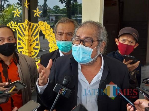 Komnas PA Arist Merdeka Sirait saat memberikan pernyataannya di Polres Batu beberapa saat lalu. (Foto: Tubagus Achmad/MalangTIMES)