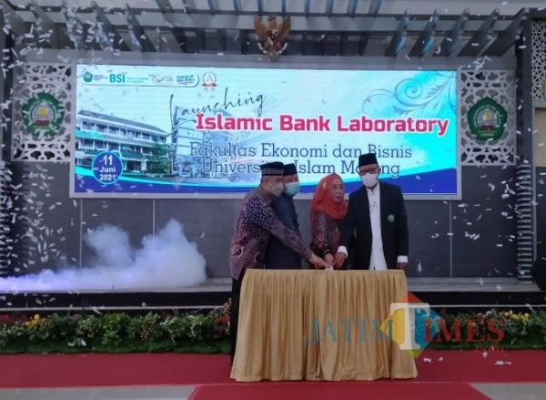 Rektor Unisma, Prof Dr Maskuri MSi (paling kanan) didampingi Dekan FEB Nur Diana SE MSi (dua dari kanan) dan juga beberapa mitra kerja maupun perbankan dari Unisma saat meresmikan Islamic Bank Laboratory (Anggara Sudiongko/MALANGTIMES)