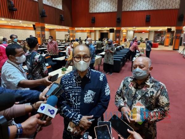 Sekretaris Kementerian Koperasi dan UKM Arif Rahman Hakim saat ditemu8 awak media usai menghadiri acara dari Dinas Koperasi dan UKM Provinsi Jawa Timur, Kamis (10/6/2021) malam. (Foto: Tubagus Achmad/MalangTIMES)