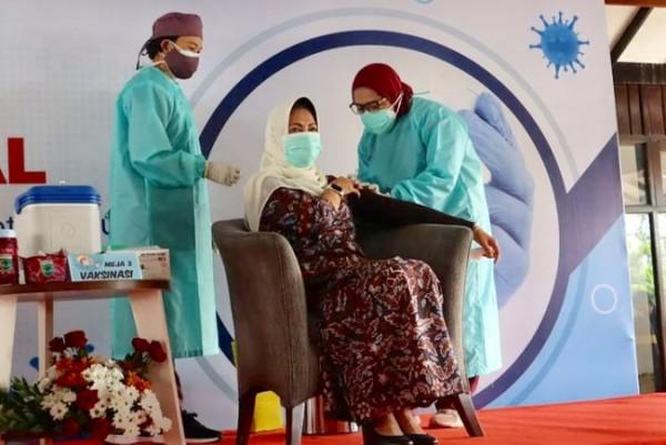 Tenaga kesehatan saat melakukan vaksinasi covid-19 kepada Wali Kota Batu Dewanti Rumpoko beberapa saat lalu.