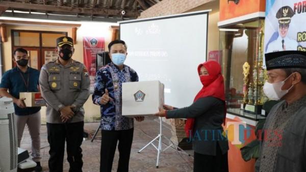 Wabup Rahmat  Santoso memberikan pengarahan penguatan PPKM Mikro di Desa Besuki.(Foto : Aunur Rofiq/BlitarTIMES)