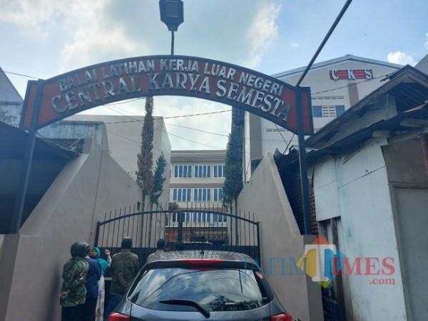 Gerbang masuk ke area Balai Latihan Kerja-Luar Negeri (BLK-LN) PT Central Karya Semesta di Jalan Rajasa, Kelurahan Bumiayu, Kecamatan Kedungkandang, Kota Malang, Jumat (11/6/2021). (Foto: Tubagus Achmad/MalangTIMES)